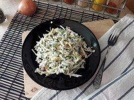 Капустный салат с копчёной курицей и яичными блинами