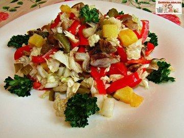 Постный салат с грибами и пекинской капустой