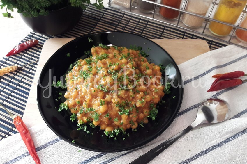 Пряная горошница с овощами в сковороде