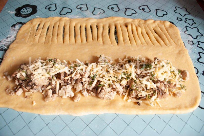 Дрожжевой пирог с фаршем, грибами и сыром - шаг 10