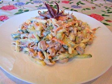 Диетический салат с кальмарами, яйцами и овощами
