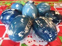 Покраска пасхальных яиц красной капустой