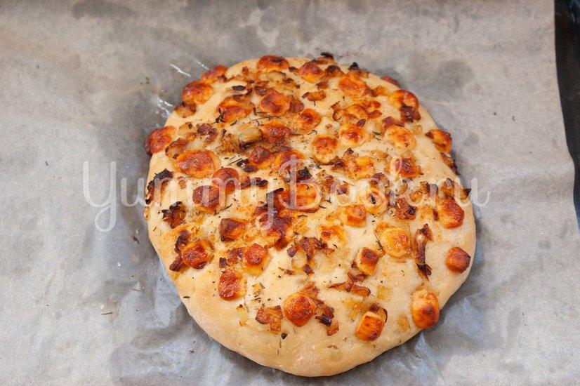 Фокачча с жареным луком и сыром - шаг 7