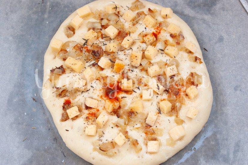 Фокачча с жареным луком и сыром - шаг 6