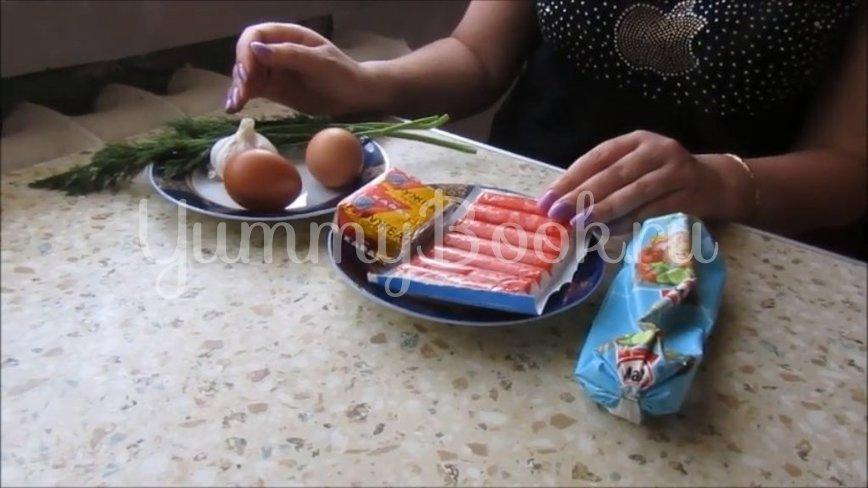 Салат с крабовыми палочками и плавленым сыром - шаг 1