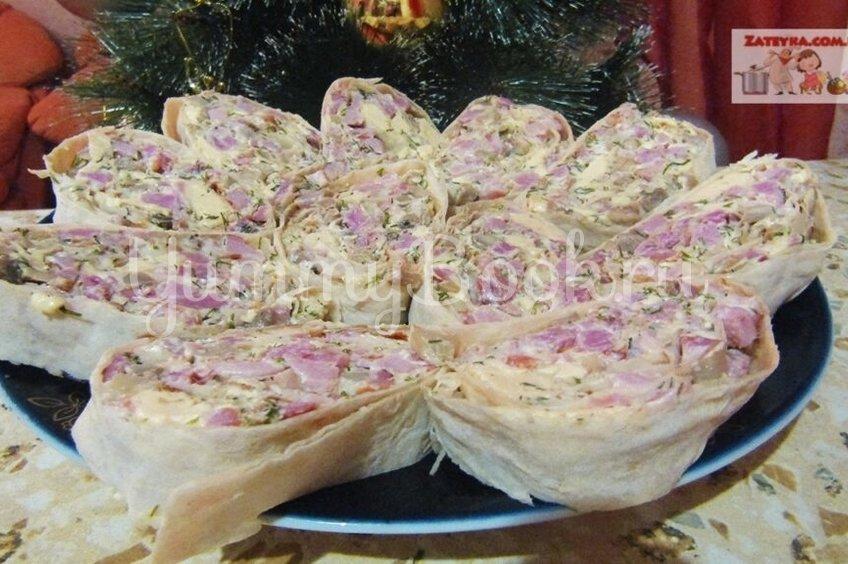 Рулет из лаваша с копченым мясом и грибами