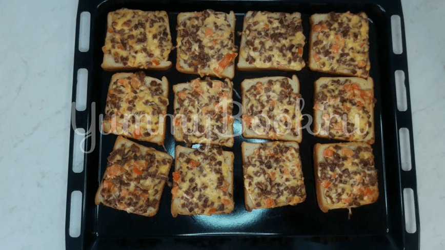 Горячие бутерброды с колбасой и сыром - шаг 10