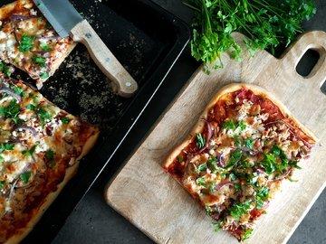 Пицца с тунцом и козьим сыром