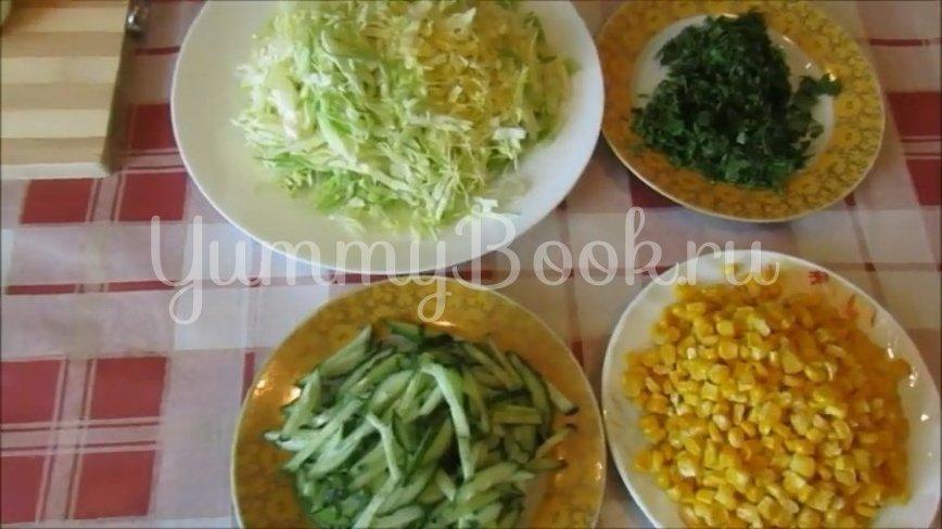 Салат из молодой капусты с кукурузой - шаг 2