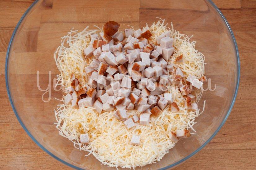 Салат с сыром, копчёной курицей и ананасами - шаг 2