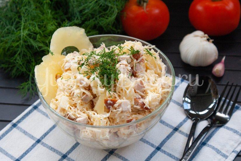 Салат с сыром, копчёной курицей и ананасами - шаг 5