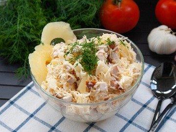 Салат с сыром, копчёной курицей и ананасами