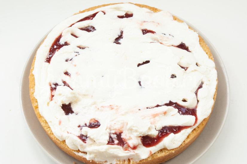 Бисквитный торт с вишней и сырным кремом - шаг 17