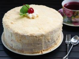 Бисквитный торт с вишней и сырным кремом