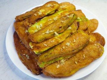 Жареные кабачки с чесноком в кляре