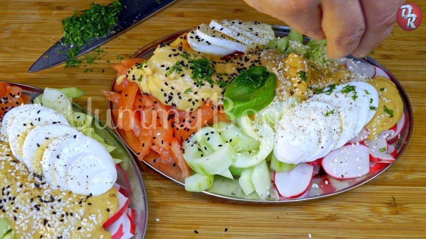 Лёгкий овощной салат с дрессингом из манго, авокадо и горчицы - шаг 10