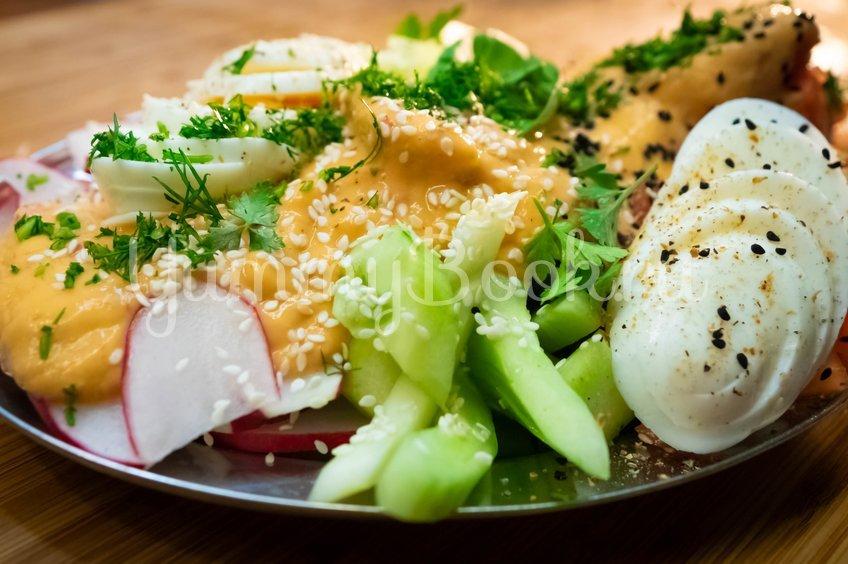Лёгкий овощной салат с дрессингом из манго, авокадо и горчицы