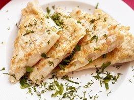 Конвертики из лаваша на сковороде с курицей и сыром