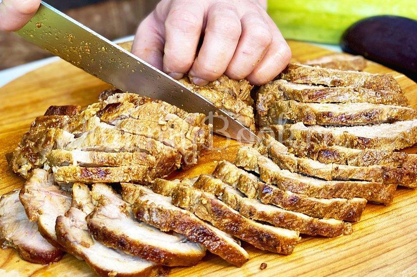 Праздничная жареная свинина целиком