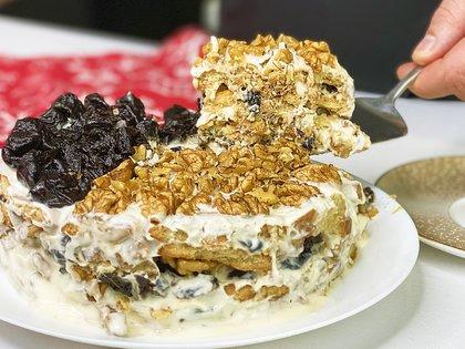 Торт со сметанным кремом, орехами и черносливом