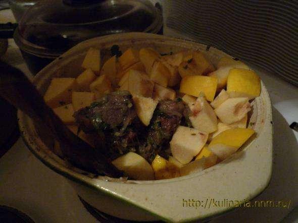 Баранина с айвой и овощами