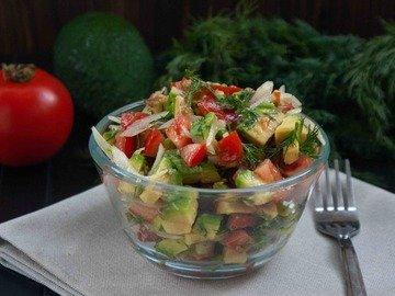 Салат с авокадо и помидором